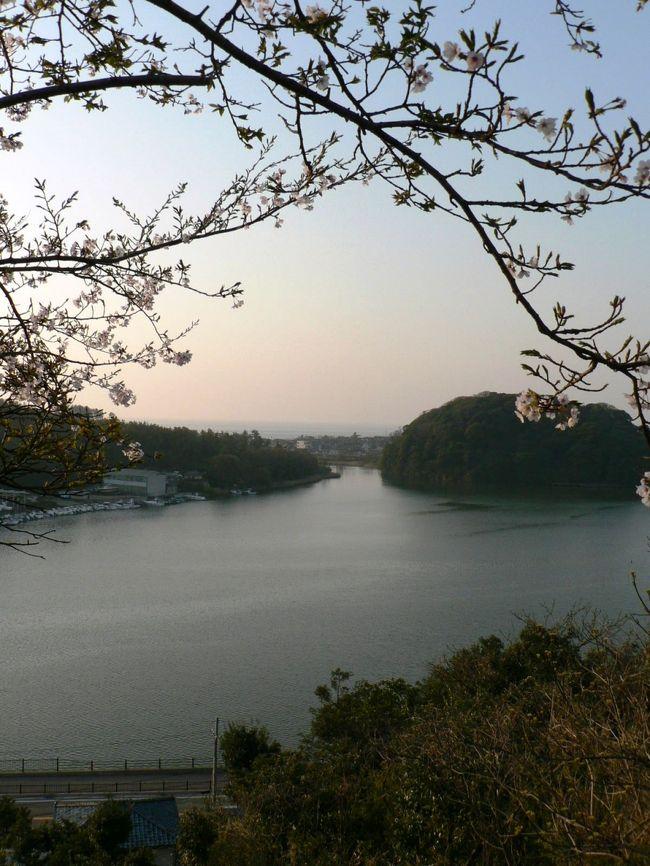 吉崎御坊(よしざきごぼう)跡は、1471年に比叡山延暦寺などの迫害を受けて京都から逃れた本願寺第八世蓮如(れんにょ1415−1499年)が、本願寺系浄土真宗の北陸の布教拠点として北潟湖に囲まれた海抜33mの吉崎山(御山)の頂上に建立した坊舎だった。吉崎山の頂上は1975年に国の史跡に指定された公園で「史跡 吉崎御坊跡」の石碑、御坊の本堂跡、高村光雲(たかむら こううん1852−1934年)が1934年に制作した蓮如上人銅像、蓮如上人御腰掛石、蓮如上人の第二女見玉尼の墓などが点在している。吉崎山(御山)周辺は坊舎、宿坊などが並ぶ寺内町だったが現在も浄土真宗本願寺派の別院、真宗大谷派の別院、「吉崎寺」(本願寺派)などの寺院や本願寺維持財団が運営する「吉崎御坊 蓮如上人記念館」などがあり、寺内町らしい風情がある。(写真は吉崎山の吉崎御坊跡から見る北潟湖の光景)