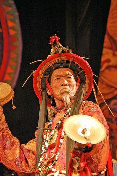 雲南省之旅(20)麗江最後の夜は東巴宮の「東巴楽舞」で締めくくり、最終便で昆明まで戻る。