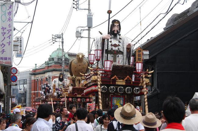 佐原の大祭は、7月の夏祭りと10月の秋祭りの年2回行われます。<br />夏祭りは、小野川の東側の八坂神社の祭礼として行われます。<br />豪華な人形山車と、哀愁を帯びた佐原囃子が特徴で、平成16年に国の重要無形文化財に指定されました。<br />今年は、3年に一度の本祭の年に当たり、山車年番引継ぎ行事が行われました。<br /><br />「お江戸みたけりゃ  佐原へござれ 佐原本町江戸まさり」、300年の伝統を誇る佐原の大祭、何度来ても飽きない魅力があります。