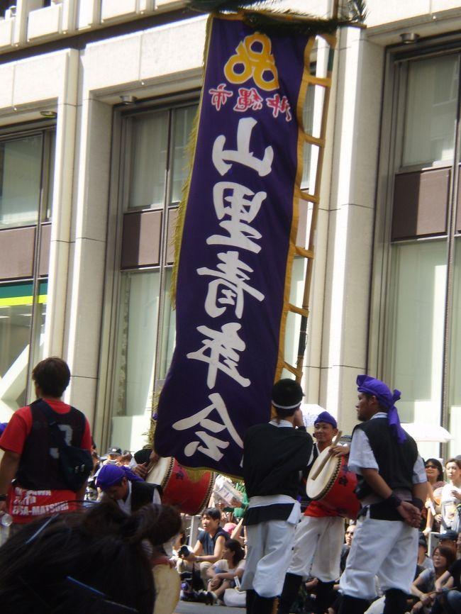 戻り梅雨の晴れ間の土曜日に新宿に行ってきました。<br />新宿通りでは、『第8回2009新宿エイサー祭り』が開催され、新宿に沖縄がやってきました。<br />久しぶりの晴れ間で32℃の中で21チームが熱くエイサーを演舞してくれました。<br /><br />