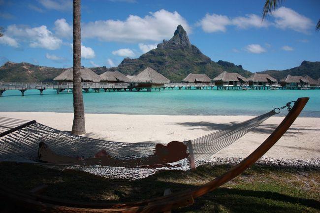 ボラボラ島旅行記もラストです。<br />最後は、タラソに泊まる方用に情報を書いておきます。<br />物価とか謎でしたからね。<br /><br />①部屋の位置。<br />【水上ヴィラの内装、設備はいずれも同じですが、景観が以下のように異なります。<br /> ◆エメラルド水上ヴィラ: リゾートとビーチの眺め<br /> ◆サファイア水上ヴィラ: ターコイズブルーが美しいラグーンの眺め<br /> ◆ダイヤモンド水上ヴィラ: 勇壮なオテマヌ山がお部屋のバルコニーから広がる眺め<br /> ◆エンドオブポンツーンダイヤモンド水上ヴィラ: 水上ヴィラの先端(エンドオブポンツーン)にあるお部屋。<br />◆ダイヤモンド オテマヌ 水上ヴィラ: 勇壮なオテマヌ山がお部屋のバルコニーから広がる眺め】 <br /><br />○予約するならば、ダイヤモンドがお勧めです。<br />新たに建設されたタラソ・セントレジス・フォーシーズン等がオテマヌ山が綺麗に見える位置に密集している理由がわかります。<br />海だけの視界では、飽きてしまいます。<br /><br />タラソのダイヤモンドには、色んな位置があり、<br />特に高いのはエンドとダイヤ・オテマヌの部屋。しかし、桟橋の最奥エンドは、カヌーが回り込んできたり船が近くを通過するのでプライベート感が薄れてしまいます。見ていて、何度もあそこは嫌だなーって言い合っていました。<br />エンドより、ダイヤ・オテマヌをお勧めします。<br />私は、120番でしたがダイアにしては当たりの方だと思います。リビングからの視界も他のヴィラが見えずにオテマヌ山方面が見えているので良かったです。<br />下の地図を見ると、ダイアモンドでもテラスからは山は見えても、部屋の中からは見えない部屋もあるんだとわかります。<br /><br />②物価・両替額(この所の円高の恩恵、1XPFは1.2円位です。)<br />物価は、高いです。ホテル内だと水が700円位から。朝食もリーフレストランのビュッフェ&コーヒー2杯で2名計7500XPF。<br />夕飯は、ホテル内のサンズやリーフで、前菜(シェア)・メイン(2名分)・デザート・ワイン(1本3000位)・水(エビアン)注文で15000XPF。量が多いので、これがベストな頼み方でした。外のちゃんとしたレストランでもこんな感じです。<br />リーフレストランで、催し物があるときはビュッフェ形式になり、1名8000XPFと飲み物代が追加でかかります。2名とワイン1本(4850XPF)で31000XPFかかりました。<br /><br />昼食等は、雰囲気が好きなサンズで食べましたが、メインディッシュに山盛りポテト等が付いているので要注意です。2名で4000XPFもあればお腹いっぱいになれるでしょう。<br /><br />ルロット・マティラでは、1300~2000XPF位の幅でプレート料理がメニューになっていますので安かったです。<br /><br />タラソやモアナのバーで毎晩食後に飲んでいましたが、ドリンク計2杯で1800XPF~2500XPF、計4杯で4000XPF位でした。<br /><br />ホテル内の飲み物は高めなので、モアナ近くのスーパーで飲み物とおつまみお菓子を買出ししました。ここは日本のコンビニと相場は変わらないイメージでOKだと思います。<br /><br />アクティビティは、現地で渡されたリストと値段表がありますが・・・書ききれないので省略です。1名8000XPF~20000XPFが大部分です。<br /><br />両替額・・・・これは悩みました。お土産代と、アクティビティへの参加代・ホテル外でどれだけ飲食するかだと思います。<br />タラソ・モアナで使う分は、全て部屋番号とサインで済みます。(ホテル分は、クレジットカードで清算しました。)<br /><br />私は余った分を、タヒチ島での食事に使いました。カルフールでのばら撒き土産が安かったので、現金が残りました。<br />なので夕飯は現金で払い、1万位のシャンパンを頼んで使い切りました。<br /><br /><br /><br />③朝食付きや夕食付きのツアー手配<br />タラソやモアナに泊まるならば、2ホテル分のレストランに行けますが、現地のレストランにも行きたくなると思います。夕飯付きはいらないんじゃないかな~。後は予算との兼ね合いですね。<br /><br /><br />④コンセント  Cプラグ?変換だったと思いますが、<br />部屋にはコンセントが沢山あるのですが、プラグの差込口に余計な棒が付いているので、変換プラグが刺さらない・・・・・<br />思