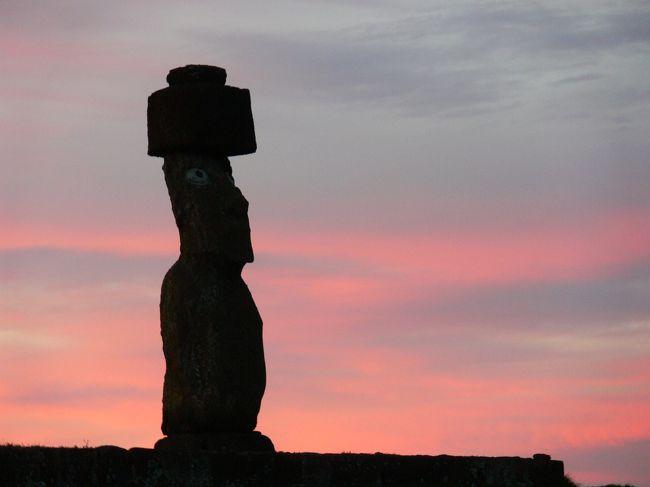 いちばん近くの人が住む島まで1900km。<br /><br />チリ領といいつつ、チリの海岸線までおよそ3700km。<br /><br />「絶海の孤島」という表現はこの島のためにあるようのかもしれない。<br /><br />そんなとこに人が住んでいるだけでも興味があるのに、<br />そこにモアイなる不思議な石像がある、とか。<br /><br />誰が?いつ?何のために?どうやって?<br />何かが宿るスピリチュアル・アイランド。<br /><br />絶対いつかは、と思っていたイスラ・デ・パスクア、<br />英語名:イースター島、<br />現地名:ラパ・ヌイ(大きな島)。<br /><br /><br />●プロローグ●<br />イースター島まではチリのサンチャゴか、タヒチのパペーテからしか便が出てないので、まずはそのどちらかまで行くこと。<br />日本からいちばん早く行く方法はタヒチ・パペーテ経由。<br />タヒチまでは成田から直行便が出ています。<br />その次は普通にアメリカ経由。<br />でも、毎回南米行くのってアメリカ経由なんだよね。<br /><br />ちょっと変えたいなって思ってて、ヨーロッパ経由、オーストラリア経由、などの中から今回僕が選んだのはいちばん遠いシドニー経由でした。<br /><br />アホですなぁ。<br />でもいちばん安かったんだな、これが。<br /><br /><br />●旅程●<br />8/4 福岡1050⇒(台北経由)⇒1550香港1900⇒<br />8/5 ⇒0615シドニー0955⇒(オークランド経由)⇒1210サンチャゴ1620⇒2000イスラ・デ・パスクア<br />8/6 イースター島 <br />   am:ゆっくり <br />   pm:オロンゴ~ラノ・ララク~アフ・トンガリキ~アナケナビーチ~アフ・タハイ(夕陽) <br />8/7 am:アフ・トンガリキ(朝陽)~テ・ピト・クラ~アフ・アキビ<br />   pm:ゆっくり<br />8/8 am:郵便局(手紙を出す&スタンプをもらう)<br />     博物館<br />   pm:アナ・カイ・タンガタ(食人洞窟)~アフ・タハイ(夕陽)<br />8/9 教会(ミサ)1310⇒1945サンチャゴ2250⇒<br />8/10 ⇒日付変更線<br />8/11 ⇒(オークランド経由)⇒0730シドニー(街へ) 2155⇒<br />8/12 ⇒0525香港(街へ) 1425⇒(台北経由)⇒2045福岡<br /><br />福岡出発ってことと、JALでマイルを貯めるということで、全てワンワールド系。<br />福岡~シドニーがキャセイパシフィック航空(CX)、シドニー~イースター島がラン航空(LA)。<br />いずれもそれぞれの航空会社のHPから直接購入。<br />福岡~シドニーが¥11万、シドニー~イースター島はおよそUS$1800。<br />加算率はCXが約50%、LAが70%。<br />予約クラスによってはマイルが貯まらないものもあるので注意が必要です。<br /><br />福岡~台北 2時間<br />台北~香港 1時間40分<br />香港~シドニー 9時間<br />シドニー~オークランド 2時間40分<br />オークランド~サンチャゴ 11時間<br />サンチャゴ~イスラ・デ・パスクア 5時間40分<br /><br />純粋に乗っているだけで片道30時間以上、待ち時間を入れると48時間の空の旅でした。<br /><br />●レート●<br />US$1=¥95=520チリペソ(2009年8月現在)<br /><br />イースター島ではUS$がほぼどこでも使えますが、US$1=500チリペソで換算されますので、現在のレートだと損、ということになります。<br /><br /><br />●マイル●<br />上述の通りJALで貯めました。