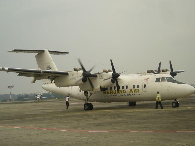 昨夏、ベルジャヤエアが飛ばずシンガポールで足止め。  今夏こそ絶対行くぞー!!<br /><br />**旅程**<br />    夫婦&中2息子&小5娘の4人で<br /> <br />2009.8.8   JAL 関空発13:05発 シンガポール・チャンギ空港18:35着<br />                               ホリデーイン・アトリウム1泊<br /><br />2009.8.9   ベルジャヤエア シンガポール・セレター空港15:05着ティオマン島へ<br />               ベルジャヤ・ティオマン・ビーチ・ゴルフ&スパ・リゾート4泊<br /><br />2009.8.13   ティオマン12:20発 シンガポールへ  パークホテルクラークキー1泊<br /><br />2009.8.14   JAL チャンギ空港23:00発<br /><br />2009.8.15   関空 06:35着<br /><br /><br />★前篇は日本出国→シンガポール→ティオマン島前半まで★<br />★後篇はティオマン島後半★<br />★おまけ篇はシンガポール→帰国まで★<br />