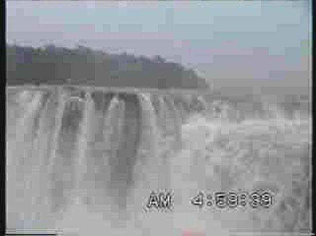 ビデオテープに収録した民族舞踊は全てアップした。この作業をしていて思いついたことがある。写真を見ただけでは臨場感の味わえない光景のことて゚ある。滝等その例の一つであろう。<br /><br />そこで過去の旅を回顧してみるつもりでイグアスの滝、ナイヤガラの滝、ヴィクトリアの滝をビデオクリップにしてアップしてみることにした。その規模において世界最大の滝といわれるイグアスの滝の見聞記は以下のように記述していた。<br /><br />http://4travel.jp/traveler/u-hayashima/album/10057413/<br /><br /> 11時20分にロビーへ集合してから空港へ向かいイグアスへ飛んだ。13時26分離陸、14時00分着地、15時、迎えのバスでイグアスの滝へ向かう。ガイドは斉藤さんという男の人で旅行社を営んでいる社長らしい。<br /><br /> 滝はアルゼンチン側から見るのであるが、滝壺へ流れ込んでいく様を観察することになる。こちら側からの落差はあまり大きなところまでは見られないが、水量といい流れの数といい規模の大きさに圧倒される。滝の幅は4kmに及び滝の数は300もある。<br /><br /> 生憎の雨で滝を見る前から合羽を着用している。合羽のずぼんを当初着用しなかったので下半身はずぶ濡れで寒くなってきた。慌ててずぼんをはいたが遅すぎた。4〜5年前の大洪水で観瀑橋の大部分が流されたので、舟に乗って残っている橋脚まで運んで貰う。その後、流されずに残った橋を歩いて「悪魔の喉笛」と呼ばれる箇所を見学に歩いていく。飛沫が飛んで激しく水煙が上がっているので、合羽で身を固めていても先刻下半身が濡れていたため全身ずぶ濡れである。ビデオカメラを濡らすまいとビニール袋に入れているのだが、どうしても濡れてしまう。<br /><br />  イグアスの 飛沫千丈 夏涼し<br /><br />  大地割れ 悪魔の雄叫び 夏涼し<br />                  <br />  夏の雨  足元かばい 滝を見る<br /><br /> このあとイタイプー湖から放流されて流れてくるパラナ川とイグアスの滝、を経て流れてきたイグワス川の合流する地点が三国の国境になっていて、それぞれの国境点に標識が建っている。ブラジル、パラガイ、アルゼンチンの国境である。この国境をアルゼンチン側から見学したのちカリマンホテルへチェックインした。<br />     <br /><br /><br /><br />http://www.youtube.com/watch?v=Dk7GC-fsruE  イグアスの滝No1<br />http://www.youtube.com/watch?v=XTI2tmVXhFY  イグアスの滝No2<br />http://www.youtube.com/watch?v=Zh3IkXMEq6M  イグアスの滝No3<br />http://www.youtube.com/watch?v=71j2LvIwKF8  イグアスの滝No4<br />http://www.youtube.com/watch?v=jA1VDcWETJ0  イグアスの滝No5<br />http://www.youtube.com/watch?v=0qNc10cnOZw  イグアスの滝No6<br />