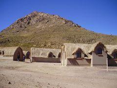 ウユニ塩湖とコイパサ塩湖の中間にある町、サリナス デ ガルシ メンドサ町の先祖のお墓アルカヤの宿泊施設
