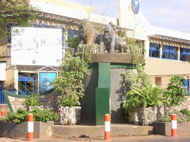 目的は、ウガンダの南西の町カバレ。<br />だけど、ウガンダの首都からは遠いので、今回はキガリから入ってみました。<br />ついでに、キガリで数日を。<br /><br />お散歩&カフェでまったりの日々。<br /><br />☆日程☆<br />8/22 関空→(TG)→バンコク<br />8/23 バンコク→(ET)→アディスアベバ→(ET)→キガリ<br />   空港→市街:ミニバス30分 200Rfr.<br />   宿泊:Ishimbi Hotel US$35.<br />      (朝食なし、ファンなし、TV・バスタブあり)<br />   食事:ホテル内レストラン 約6000Rfr.<br /><br />8/24 ホテル→バスパーク:バイクタクシー10分 500Rfr.<br />   バスパーク→ウガンダ国境:マタツ90分 1400Rfr.<br /><br />8/26 国境にてVISA US$60.(写真いらない)<br />   国境→バスパーク:マタツ90分 1400Rfr.<br />   (乗り合いタクシーだと2000〜3000Rfr.)<br />   バスパーク→ホテル:バイクタクシー10分 500Rfr.<br />   宿泊:Hotel Ishimbi<br />   食事:Borbon Cafe(Union Shopping Center)約7000Rfr.<br /><br />8/27 市内をブラブラ散歩。<br />   宿泊:Hotel Ishimbi<br />   食事:ホテルのレストラン<br /><br />8/28 ホテルから徒歩5分のバス停より<br />   ホテル→空港:ミニバス30分 200Rfr.<br />   キガリ→(ET)→アディスアベバ→(ET)→バンコク<br /><br />8/29 バンコク→(TG)→関空(8/30)<br /><br />レートは、<br />空港で、1US$⇒560Rfr.<br />市内で、1US$⇒575Rfr.<br /><br />インターネットは、<br />Union Shopping Centerのすぐ北にあるネットカフェ。<br />名前は忘れましたが、Cafe&銀行併設。<br />10分100Rfr.<br />アフリカにしては速い。