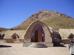 ウユニ塩湖とコイパサ塩湖の中間にある町、サリナス デ ガルシ メンドサ町の先祖のお墓アルカヤの宿泊施設 #2