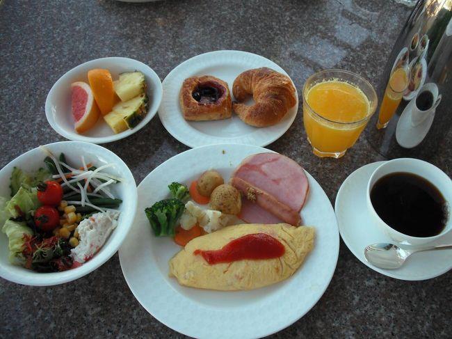 ビーチリゾートでは海を眺めながら優雅に食事をするのが何よりの楽しみである。ルネッサンスリゾート・オキナワでは、ほとんどのレストランは海に面し朝食も昼食もビュッフェが多い。「私のわがままBreakfast」というサービスがあり、お客は朝食レストランを食べ歩いてもいい。日本料理レストランで和定食を食べてからビーチサイドレストランでビュッフェの朝食も味わうこともできる。さらに、サビークラブのメンバーは昼食も無料で昼食レストランを食べ歩くこともできる。ルネッサンスリゾート・オキナワではお客のわがままな要望を十分満たしてくれる。<br /><br />私のホームページ『第二の人生を豊かに―ライター舟橋栄二のホームページ―』に旅行記多数あり。<br />(新刊『夢の豪華客船クルーズの旅』案内あり)<br />http://www.e-funahashi.jp/<br /><br /><br /><br /><br />