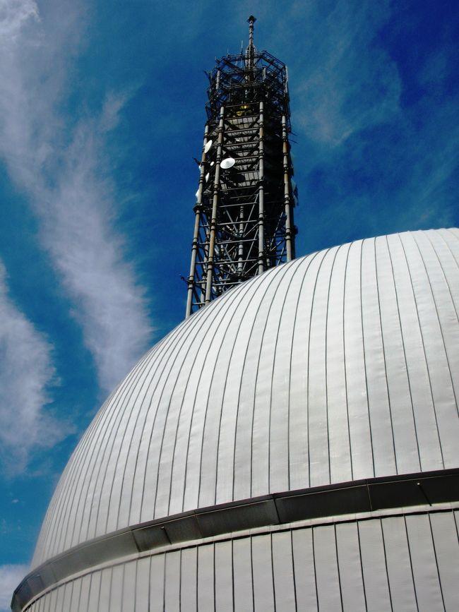 多摩六都科学館は、東京都西東京市芝久保町五丁目にある科学館。<br />1995年3月 東京都多摩北部地域の小平市、東村山市、田無市、保谷市、清瀬市及び東久留米市の6市が共同で開設(後に田無市と保谷市が合併して西東京市となる)し、一部事務組合である多摩六都科学館組合にて管理運営を行っている。多摩六都とはこれら6市を意味するが、西東京市誕生後も名称は変えずに続けられている。 <br />直径27.5メートルの傾斜型ドーム「サイエンスエッグ」は開館当時東洋一のプラネタリウムであり、現在でも世界最大級のプラネタリウムである。ここでは、星空生解説、全天周映画など上映している。また、屋外展示や「宇宙の科学」、「生命の科学」、「生活の科学」、「地域の科学」、「地球の科学」からなる展示室、その他科学学習室などがある。 <br />2001年1月 リニューアルオープン。 2009年3月 開館15周年を迎えた。   <br />(フリー百科事典『ウィキペディア(Wikipedia)』 より引用)<br /><br />多摩六都科学館については・・<br />http://www.tamarokuto.or.jp/<br />
