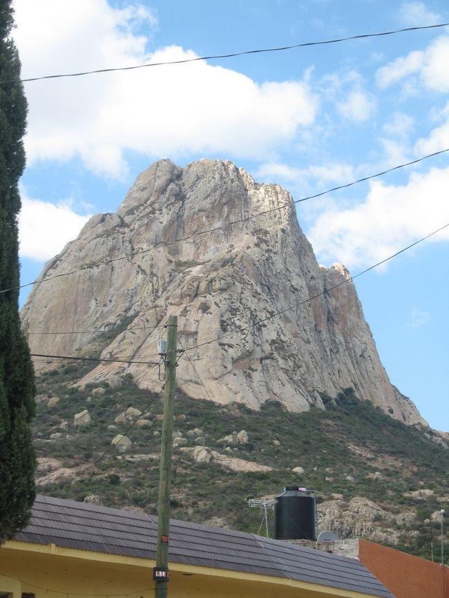 住んでいたケレタロ郊外に世界第3位の大きさを誇る一枚岩がある。一度行ったことはあるけれど今回は岩の絵を描きに行ってきた。どうせ岩に登らなければとくにすることはないし。
