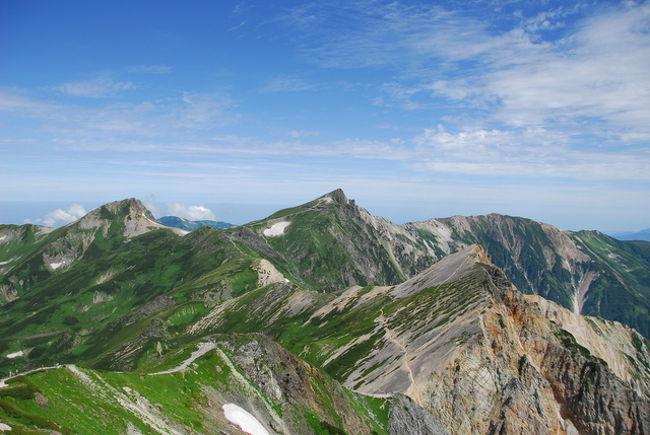 真夏の北アルプス白馬三山へ行ってきました。<br />1日目は白馬村猿倉から、日本三大雪渓のひとつ、白馬大雪渓を登り白馬岳へ向かいました。<br />翌日は、白馬岳山頂からご来光を拝み、杓子岳・白馬鑓ガ岳山頂に登頂し、白馬鑓温泉を経由して猿倉に戻ってきました。<br />真夏の高山植物が咲き競う登山道は、十二分に私の眼を満たしてくれました。花咲く真夏の白馬三山縦走をして、心地よい疲れの中で癒された2日間でした。<br />