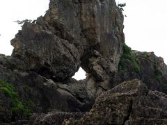 ひとり旅 [600] 板状の大きな奇岩にポッカリ穴が開いています<曽々木海岸「窓岩」>石川県輪島市