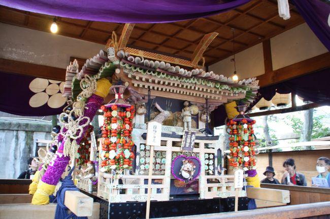 平安時代起源の北野天満宮瑞饋(ずいき)祭は、京都の秋祭りの先陣を切って10月1日から5日まで実施されます。<br />「ずいき祭」の名称は、祭礼の期間中お旅所(西大路通上ノ下立売通ーカミノシモダチウリドウリ 西入ー北野中学校の南側の通りにあります)に奉安される「ずいき御輿」に由来します。<br /><br />瑞饋とは、「めでたいしるしをおくること」を意味します。<br />平安時代。西ノ京神人が五穀豊穣を感謝してそのお礼として旧暦9月9日に自分たちが作った新穀、野菜、果実などに草花などを飾りつけ菅原道真公の神前にお供えしたのがこの祭りの始まりといわれています。<br /><br />「ずいき御輿」は里芋の茎である芋苗英(いもずいき)で屋根を葺くことからその名がありますが、柱から纓絡に至るまで西ノ京の農家が作った千日紅、水稲、麦、赤ナスや湯葉、麩などの乾物で装われ、御輿の周囲には人物、花鳥獣類が毎年異なった趣向をこらして飾りつけられています。<br /><br />御輿作り9月1日の千日紅摘みとりから始まり、各部を手分けして作成し、30日に収穫したズイキで屋根を葺き、分担した各部を寄木細工のように嵌めて完成させます。<br /><br />「ずいき御輿」の巡行は10月4日に行われます。<br />12時半にお旅所を出発し、還幸祭の巡行路との巡行路とは異なりまたお旅所に戻りますが、昨年は下ノ下立売通御前通付近で両方を同時に見ることができました。<br /><br />その1では2009年の神幸祭の行列を紹介していますので、よろしければそちらも御覧下さい。<br />