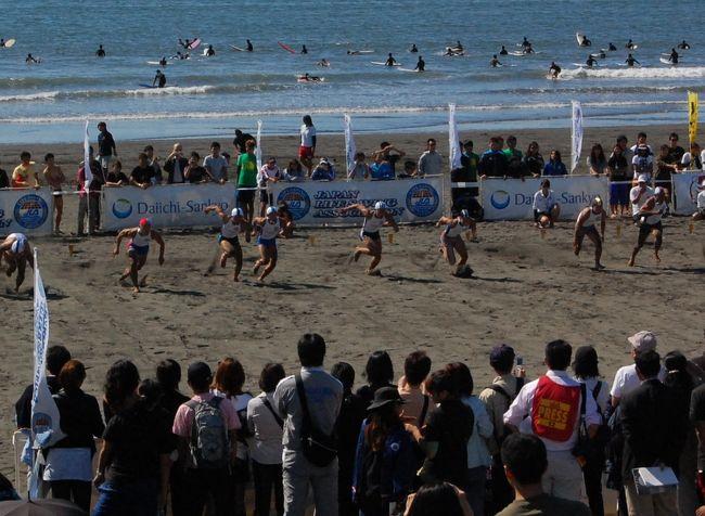 バイクでふらふらと湘南の海に出かけました。<br />海に出てみたら、多くの人がいたので、何かやっているかと思ったら、日本ライフセービング選手権大会らしい。<br /><br />各地の海水浴場や大学の名前の付いたTシャツの立派な体格の男女が競っていました。<br />スポンサーは、第一三共。リゲインの試供品を配っていました!<br /><br />日本ライフセービング協会<br />http://www.jla.gr.jp/home.htm<br /><br />当日のブログ<br />http://blog.livedoor.jp/chifu_19/archives/51735783.html<br />http://blog.livedoor.jp/chifu_19/archives/51735795.html