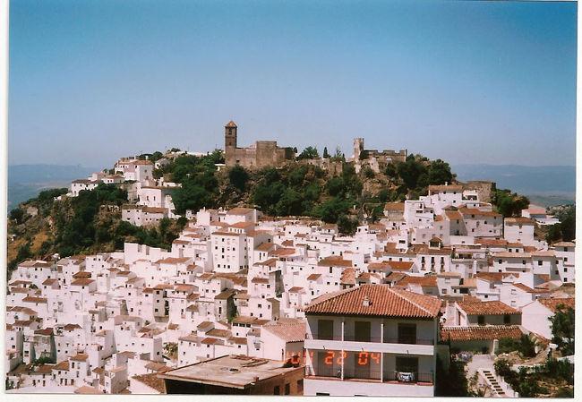 アンダルシア地方、<br />特にコスタ・デル・ソル周辺は<br />白い村がいくつもあってそれぞれに<br />人気がありますが(ミハス、ネルハ、フリヒリアナetc.)<br />個人的に最も気に入っているのが<br />このカサーレス(カサレス)。<br /><br /><br />1999年と2004年と2回訪れてます。<br />初回時は天気が悪かったのですが、<br />2度目に訪れた時は快晴。<br />海側から山道を登っていくと、<br />突然この写真の景色が現れます。