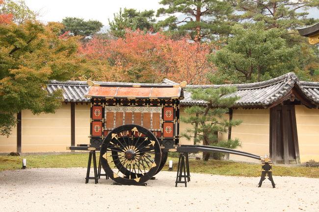 京都の紅葉情報では、「まだ見頃前で、まったく紅葉していない」となっている大覚寺ですが、少し色づき始めていました。<br /><br />このところ、新幹線も京都駅のコインロッカーも、少しずつ混み始めたように思います。<br /><br />2年前の旅行記はこちらです。<br />http://4travel.jp/traveler/morino296/album/10191361/