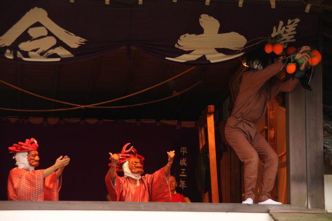 嵯峨釈迦堂(清涼寺)狂言堂で行われた嵯峨大念仏狂言・秋季定期公演を楽しませてもらいました。<br /><br />嵯峨野に700余年前から伝わる狂言は、壬生寺・千本閻魔堂とあわせて京都三大念仏狂言といわれます。<br /><br />秋季定期公演は、嵯峨狂言創始者・円覚上人の命日10月26日に近い日曜日に行われます。<br />壬生狂言ほど知られていないのでしょうか、観客も少なく、長閑な雰囲気の中で楽しむことが出来ます。(しかも、無料です。)<br /><br />この日の演目は、<br />1.蟹殿<br />2.縛り坊主(後半で紹介します)<br />3.紅葉狩り(後半で紹介します)<br />の3題です。<br /><br />1、カン、デン (空き) デン カンデンデン<br />2、カン、デン、デン、デン、カン、デン、デン<br />と2種類のはやしで演じられる無言劇、なんとも素朴な味があります。<br /><br />解説などを参照した嵯峨大念仏狂言の公式HPはこちらです。<br />http://web.kyoto-inet.or.jp/people/zennaka/kyogen.html