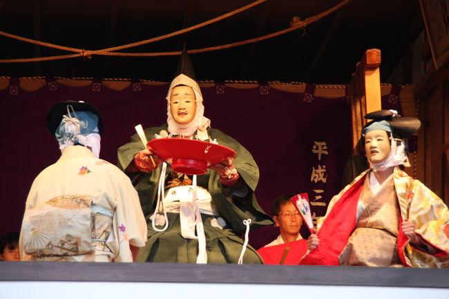 嵯峨釈迦堂(清涼寺)狂言堂で行われた嵯峨大念仏狂言・秋季定期公演を楽しませてもらいました。<br /><br />嵯峨野に700余年前から伝わる狂言は、壬生寺・千本閻魔堂とあわせて京都三大念仏狂言といわれます。<br /><br />秋季定期公演は、嵯峨狂言創始者・円覚上人の命日10月26日に近い日曜日に行われます。<br />壬生狂言ほど知られていないのでしょうか、観客も少なく、長閑な雰囲気の中で楽しむことが出来ます。(しかも、無料です。)<br /><br />この日の演目は、<br />1.蟹殿(前半をご覧ください)<br />2.縛り坊主<br />3.紅葉狩り<br />の3題です。<br /><br />1、カン、デン (空き) デン カンデンデン<br />2、カン、デン、デン、デン、カン、デン、デン<br />と2種類のはやしで演じられる無言劇、なんとも素朴な味があります。<br /><br />解説などを参照した嵯峨大念仏狂言の公式HPはこちらです。<br />http://web.kyoto-inet.or.jp/people/zennaka/kyogen.html<br />