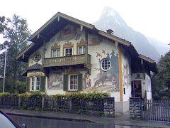 町の家の壁は、おとぎ話のよう