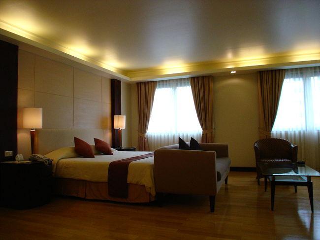 ソイ・ルアムルディーに入って少しのところにあります。<br />ちょうど目の前にコンラッドホテルが建っています。<br />このお部屋はスタジオタイプです。<br />比較的広いお部屋で一人で使用するのには十分かも知れません。<br /><br />(Chateau De Bangkok) シャトーデ・バンコク・サービスアパートメント<br />スタジオタイプ<br />http://4travel.jp/traveler/chinchikurin/album/10398488/<br /><br />ワンベットルームタイプ<br />http://4travel.jp/traveler/chinchikurin/album/10398489/<br />