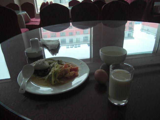 """7:14:34 今朝の朝食 豆乳を飲む //////////////////////////////////////////////////////2009.平成21年10月25日(日)■孫呉よサラバ いつもように6時頃には起き、7時からの朝食を食べに行く。 まだ水漏れの修理はなかなか終わらないだろう。今日も大きくその場所を空けていた。だだっ広いレストランに今日も最初は私一人、後から数人が入って来たが、まだまだ集客力もなく苦戦が続くのだろう。 一体、どんな関係の人がこの孫呉を訪れるのだろうか?大きな会社もないようだし、観光客といっても軍都・孫呉の軍事遺跡を観光する中国人が一体どれほどいるのだろう。一応、軍事遺址巡りは旅行社のコースに結構詳しい。沢山のコースがあるようだ。 午前9時50分の孫呉(発)哈爾濱行きまでに時間が有るので、朝食の後、ぶらりと散歩に出た。新しい高層団地群と、昔ながらの住居地域とは全然違う街並みだ。まず道路が違う。平屋の住宅街は地道がほとんどで、雨でも降ればぬかるみ、乾いてもデコボコ道だ。 計画的に再開発して、順次市民は高層団地ような建物に移っていくのだろうか?それとも平屋住居地域はそれなりに残しておくのだろうか?みんなはどっちに住みたいのだろう?聞いていないので分からないが。""""藤○""""も""""肖○○""""も平屋の一戸建て住居に住んでいると言っていた。 この辺の暖房用燃料は石炭のようで、石炭山積みの石炭屋もあった。日本にもいるがゴミ箱をあさって、金になる物をリヤカーに積んでいる人もいる。足の向くまま歩いていたら昨日の昼に食べた店の前に偶然出た。「ああ、昨日はここで食べたんだった」と。 中学校の校庭には日曜日の今日も国旗が掲げられていた。公的建物には必ずと言っていいほど国旗の掲揚がある。日本も警察や消防署、その他、そうなのだろうが、日本よりもこっちではより多く目につく。 日本の学校ではいろんな行事・式のような時にも国旗の掲揚に反対する教師がいる。それを思想信条の自由と履き違え、子供の前でそんな態度を示す。又それを支持する日本人がいる。 日本国民である事を誇りに思わないのか?日本人に生まれた事に感謝できないのか?その象徴である国旗に敬意を持てないのか?何故そんな人間が日本の公務員として職を得れるのか?不思議でならない。何でそんな人間が教育の場に存在できるのか?許容されているのか? 例えその学校に外国籍の生徒が何人いようが、それと自国国旗の掲揚は関係ない。どこの国の人間であっても、その国に居住し世話になる以上、その国の国旗に敬意を払うのは人間として当たりまえのことだ。 戦争時に日の丸の旗の下に一丸となり日本人は戦った。その戦争の象徴だと忌み嫌うのか?戦ったからこそ今の日本がある。戦争は起こしたくない、地獄の修羅場がそこにある。私自身も無論そうだが子々孫々未来永劫戦争の当事者にはなって欲しくない。 戦争を体験していない私でも、そう思うくらい、戦争の悲惨さは容易く想像できる。しかし体験者は想像などという範疇とは次元が違う地獄以上の恐ろしい現実が戦争だと言う。それも想像できる、いやいくら言われても想像しか出来ない。 人間が成せる、想像できることの最悪の恐怖、苦しみ痛み、自分が、親が、或いは我が子が、生きたまま目の前で切り刻まれ、引裂かれる地獄絵図、それが戦争だと思う。だから戦争の当事者には誰しも絶対なりたくない。 60数年前の先人達、何時の時代の全ての日本人も、そんな想像くらい誰しも出来る。それでも尚且つ国家国民の存亡、将来の日本の為を想いその修羅場の道を決断し実行した。命を捨てても、地獄を見ても構わないと。 そんな道に進むのに大儀がなくてどうしてその道を選択出来よう。そしてその大儀が、いささかでも疑念ある大義なら誰がたった一つの掛け替えのない命を賭けれよう。 苦渋の上に苦渋の決断をし、正義を信じて戦いに臨み、とことん戦い敗れた。その中のいろんな局面で何もかもあっただろう。その何もかもが戦争であり、片方だけが悪であるのは有り得ない。互いに殺すか殺されるかの修羅場だ。その場にいる自分を想像すれば分かるはずだ。 吾らが祖父であり親であり兄である。そんな先人達の戦争を声高に非難し、戦争をまるでルールの決められた競技であるかのように反則や悪事を執拗に探しあげつらう。そしてそんな自分こそ戦争に反対する良識ある善人だと自己満足する。 そして今現在進行形の侵略国家である中国に行き日本の進攻を侵略と位置づけ、それを詫びる。 その上先人の成したことの詳細と事実をとことん調べることなく今の中国人や韓国朝鮮人に謝罪する。その愚かさと大罪を少しは考えたことはあるのか?その罪、過去現在未来の日本国及び日本人に対して万死に値する。 日本人の誰しも、命ある今な"""