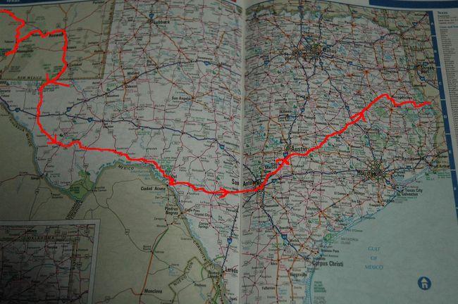(赤い線が走行ルート)<br />ロサンゼルスから連日の快晴で<br />サイコーのツーリング日和で、ほとんどが、自炊して<br />野宿して、できる限り旅費を節約しながら<br />テキサスをツーリングする。<br /><br />ルート285号からテキサス州に入り<br />ルート90号に変えて東へ向かうDelRioから<br />東へSanAntonioへスルーして、途中までインターステツ35号で<br />北へ向かって、SanMarcosから州道21号で、東へ<br />Bryan→Nacodoches→テキサスとルイジアナ州の境にある<br />立て長にバカ広いダム湖(Toledo Bend Res)を横断して<br />ルイジアナ州へ<br />テキサスでは、3泊野宿した。<br />また、ガス欠になりヒッチハイクするハメに!