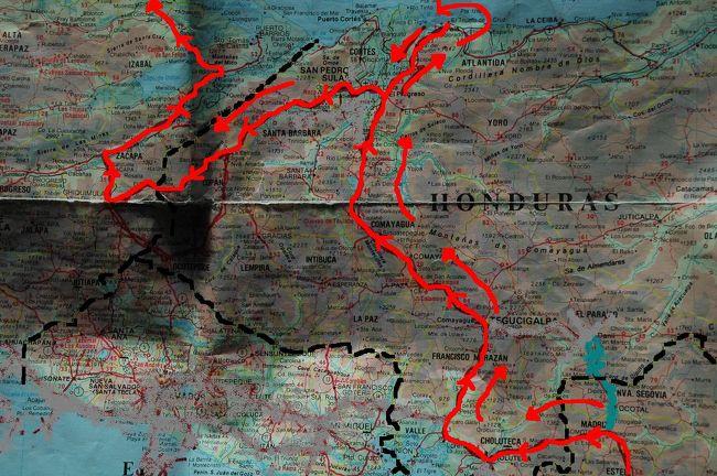 ↑黒い点線は、国境線↑<br />↑赤い線は、走行ルート↑<br /><br />2000年5月23日<br />ついに、メキシコ人サラチョと別れて一人で旅する事になった<br />サラチョに、ホンデュラスのテラの町に行くと告げると<br />サラチョは無理だと言ってきた、首都デグジガルパの<br />ハーレーの店に寄ると言う事で、無理だという。<br />俺が早く北上したい理由は、6月13日から行われる<br />ニューハンプシャー州のラコニアバイクウィークに<br />間に合わせたいからだった。それをサラチョに伝えると<br />取り消せと言うので、ムカっときた状態で、<br />首都デグジガルパへ到着すると、<br />サラチョは、ハーレーの店を探しもせずに<br />カフェで休憩すると言い出し、<br />もう、ムリ!!喧嘩別れのような形で、<br />一人でテラの町へ行き海沿いの安いホテルに泊まった。<br /> サラチョには、大変お世話になった。<br />宿代やレストランの食事など肩代わりしてくれたり<br />宿代を払うことがあっても3分の一だけだったり<br />スペイン語が話せるサラチョがいたから、<br />中米のマイナー道を走る事ができた<br />初めてグアテマラへ入国した時に<br />俺の今後の旅の計画を伝えたことで、<br />スポンサー役をしてくれていたのだが、<br />デメリットして、旅のスタイルが違うので<br />一緒に旅すると先に進む事が出来なかった。<br /><br />次の日、カリブ海側ホンデュラスの<br />テラのビーチで散歩して、グアテマラ国境の近くにある<br />コパン遺跡へ向かった。<br />コパン遺跡を見た後、グアテマラ国境に入り<br />入国できたのが、夕方ごろ、<br />この日は、暗くなっても走り、グアテマラの<br />サンフェリペで1泊した。<br />次は、世界遺産ティカルへ<br /><br /><br /><br /><br />