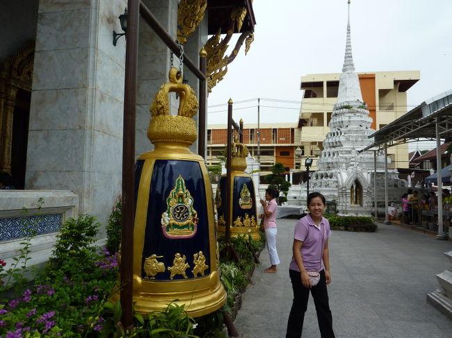 またまた2泊3日でバンコクへ。。。<br /><br />着くなりナイトバザールを楽しみ、<br />初訪問のお寺を拝観し、<br />料理を堪能し。<br /><br />スパッと現実逃避をしてきました。<br /><br /><br />今回の旅は<br /> タイ国際航空<br /> ロイヤル・オーキッド・シェラトン・ホテルズ&タワーズ<br /><br /><br /><動画><br /><br />スアンルムナイトバザール<br />http://www.komu-web.com/travel/200911thai/v01.html<br /><br />ワット・ラカン船着き場1<br />http://www.komu-web.com/travel/200911thai/v02.html<br /><br />ワット・ラカン1<br />http://www.komu-web.com/travel/200911thai/v03.html<br /><br />ワット・ラカン2<br />http://www.komu-web.com/travel/200911thai/v04.html<br /><br />ワット・ラカン船着き場2<br />http://www.komu-web.com/travel/200911thai/v05.html<br /><br />スパトラー・リバー・ハウス<br />http://www.komu-web.com/travel/200911thai/v06.html<br /><br />ロイヤル・オーキッド・シェラトン夜景<br />http://www.komu-web.com/travel/200911thai/v07.html