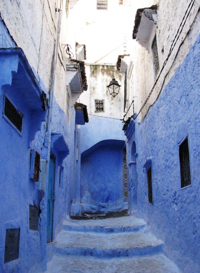 内陸のロンダからイベリア半島南端の港町アルへシラスを経て、<br />アフリカ大陸の北西部モロッコへと旅を進めます。<br />アルへシラスはヨーロッパからアフリカへの玄関口です。<br /><br />ここにはとんでもない「魔物」が住んでいます。<br />通りかかる者に「アフリカへおいで〜、アフリカへおいで〜」と囁くのです。<br />声を聞いた旅人は、熱に浮かされたようにアフリカを目指すことになります。多くの人にとって、アフリカ大陸は謎と冒険に満ちた迷宮の大陸です。幻想も作用して、身体の中では好奇心以上の何かが熱く疼き出します。<br /><br />学生の頃、リスボンからセビリア〜コルドバ〜グラナダと周遊したあと、<br />つい立ち寄ったこの港町で&quot;魅惑の囁き&quot;を聞いてしまいました。<br />見えない手に引かれるように、地図も情報もないままセウタ〜<br />タンジェ〜カサブランカ〜マラケシまで行ったことを思い出します。<br /><br />今回の目的地はモロッコ北東部のシャウエンです。<br />最初の計画ではアルへシラスからマラガ方面に抜ける予定でしたが、<br />水色の家並みを写真で見てからどうしても行きたくなりました。<br />これも例の魔力のせいかもしれません。<br /><br />アルへシラスとテトワンの話は後廻しにして、旅行記の方は一路シャウエンへ急ぐことにします。