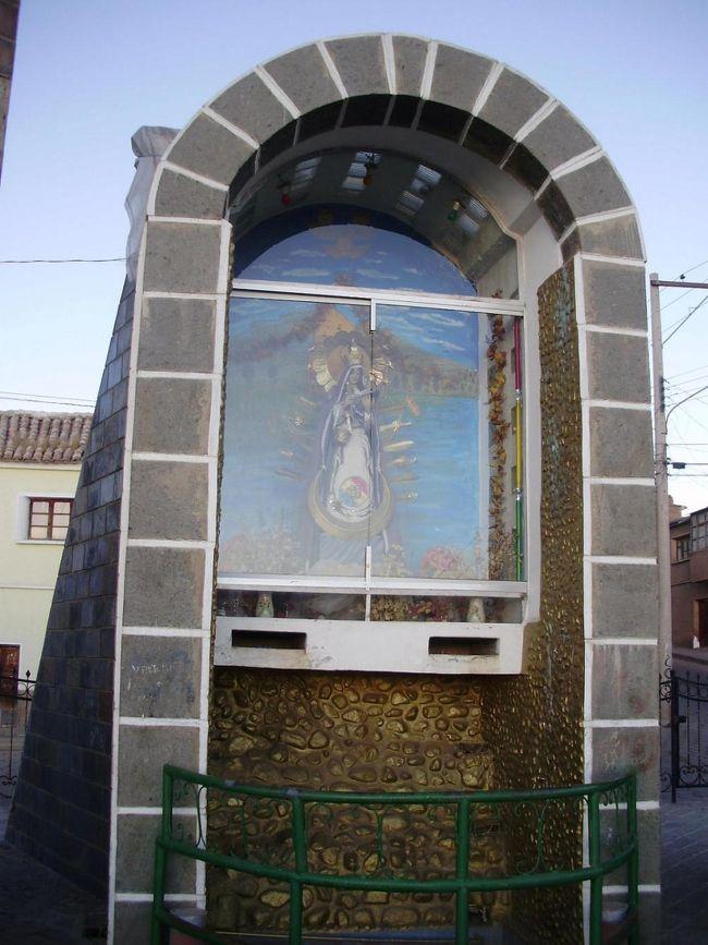 ポトシの観光名所<br />-ポトシ市自体がユネスコの世界文化遺産として登録されているので、街の中をぶらり旅するのも面白い。黄金の山-Cerro Ricoでも有名である。ポトシ市のシンボルになっている。市のどこからでも見える。雄大な山である。<br />-ポトシは、スペインの植民地時代から鉱山の町として有名。最近はウユニ塩湖でも知られるようになっている<br />-鉱山ツアーも出来る、2009年01月にセーロリコ(富の山)の中に世界一高い博物館がオープンする(標高4000m)<br />-旧国立紙幣局、現在は、博物館になっている<br />-ポトシの目玉は、ウユニ塩湖である:塩のホテル、湖、奇の岩、フラミンゴ、先祖の墓、列車の墓場、温泉等<br />-湖巡り:色取り取りの湖:赤、白、緑、黄、水色、その他7湖(6泊7日必用)<br />-チリ国のサンペドロ デ アタカマ迄2泊3日で行ける、その際:赤い湖、白い湖と緑湖、温泉/入浴可、奇の岩、<br />石の木、フラミンゴ等が見れる<br />-ホテルは、四星以上をお勧め(理由:標高が高いので鉱山病になった場合、四星以上は酸素ボンベー置いてある)<br />-レストランは、中央広場周辺のレストランをお勧め<br />