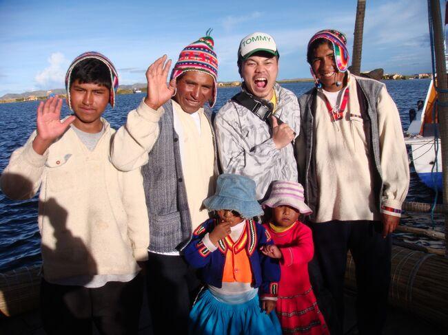 (6日目)<br /><br />ぺルー旅行に行くのに、マチュピチュとチチカカ湖は絶対に行きたいと思ってました。<br /><br /><br />そのチチカカ湖には、クスコから、ラ・ラヤ峠4335mを経由して、プーノ3800mへ、船でチチカカ湖へ。<br />チチカカ湖(ウロス島)トトラで作られている、浮島に行く。<br /><br /><br /> 7:00 クスコを出発する <br />    <br />      ラ・ラヤ峠<br /><br />      シユスタニ遺跡 <br /><br />14:00 プーノに到着<br /><br />      チチカカ湖(ウロス島) <br /><br />      『リベルタドール・イスラ・エステべス』ホテルに宿泊<br /><br />翌朝、プーノからフリアカ空港に行き、クスコ経由でリマに向かう。<br /><br /><br /><br />(ペルースケジュール)<br /><br />1日目 成田→ロサンゼルス<br />2日目 リマ<br />3日目 リマ→クスコ<br />http://4travel.jp/traveler/3009360/album/10506431/<br />4日目 クスコ→マチュピチュ<br />http://4travel.jp/traveler/3009360/album/10521860/<br />5日目 マチュピチュ→クスコ<br />http://4travel.jp/traveler/3009360/album/10313837/<br />6日目 クスコ→プーノ(チチカカ湖)<br />http://4travel.jp/traveler/3009360/album/10408853/<br />7日目 プーノ→フリアカ→リマ→ナスカ<br />8日目 ナスカ→リマ→ロサンゼルス<br />http://4travel.jp/traveler/3009360/album/10416934/<br />9日目 成田<br /><br /><br />