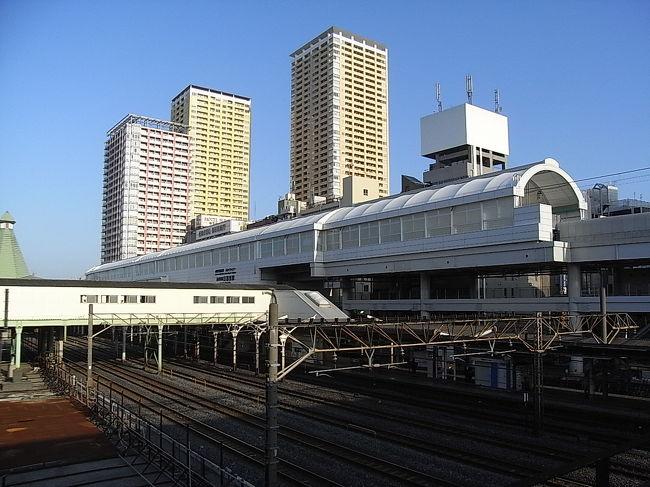 2009年10月、スカイライナー専用ホームができ、新しくなった京成線日暮里駅(にっぽり)。<br />JR日暮里駅もこれまでに構内商業施設「エキュート日暮里」をオープンし、コンコースと結ぶエレベーター、エスカレーターもすべてのホームで完成させています。<br />2010年7月の京成成田空港線(「成田スカイアクセス」)の開業に向け、整備はまだ続けられているところがありますが、すっかりきれい、便利になった日暮里駅をまわってきました。<br />東京から成田への最速アクセスの起点として、JR線と京成線との乗り換えを中心にレポートします。<br /><br />その後、2010年7月成田スカイアクセス線が開業し、新型スカイライナーで、日暮里から空港第2ビルまで最速36分となり、成田がだいぶ近くになりました。<br />一方、成田スカイアクセス線経由の一般特急「アクセス特急」は、一部を除いて都営地下鉄乗り入れとなり、日暮里から利用するには、青砥で乗り換えての利用となるため、日暮里からは、乗り換えなしで成田へ行ける、京成本線経由の「特急」が、主に使われているようです。<br /><br />現況(201202)をふまえ、一部更新しました。