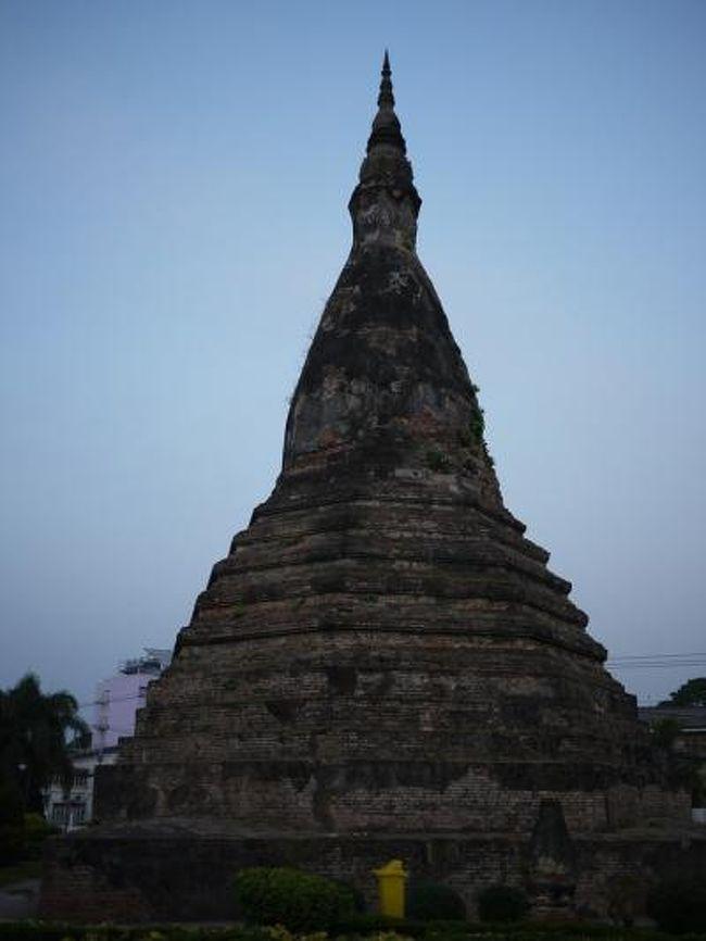 16世紀に立てられた塔。<br /><br />ビルマ様式の塔で昔は金属に覆われて黒光りしていたそう。<br /><br />現在のものは1930年に作り直されたもののようです。<br /><br />結構高さがありますがメンテナンスはあまりされていないようですね。<br /><br />所々に雑草が生い茂っています。<br /><br />このタートダムはビエンチャンの街の丁度真ん中あたりにあり周りにはおしゃれなレストラン等が並び静かで上品な雰囲気。<br /><br />夜になると綺麗な電気が多く付き始めます。<br /><br />