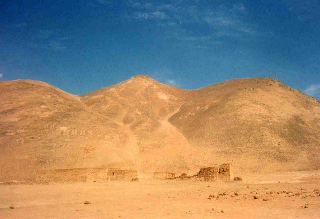 チリには1997年2月~1999年3月の2年間滞在していました。<br />古い写真をスキャンして「旅行記」としています。<br />仕事で滞在していたので、どれも、週末や祭日を利用した首都のサンチャゴ起点の2泊3日~3泊4日程度の小旅行です。旅程順ではなく地域別にまとめてみました。<br />情報はその当時のものですし、長期滞在していたからこその旅行スタイルもあります。<br />これからチリ旅行を計画している方々には、お役に立たないと思いますが、見ていただければうれしいです。<br /><br />(イキケ編)<br />今回は一人旅。<br />サンチャゴから空路イキケ入りして、海辺のホテルに2泊連泊。なか日に「ハンバーストーン、ピカ温泉のツアー」に行こうと計画しました。<br /><br />到着後2~3のツアー会社に当たるも「人数が足りないので、明日は催行するかどうかわからない」というつれない返事。<br /><br />やっと夕方ホテルに「実施します」の電話が入りました。<br />予備日なんてなかったので本当に良かったです。<br />