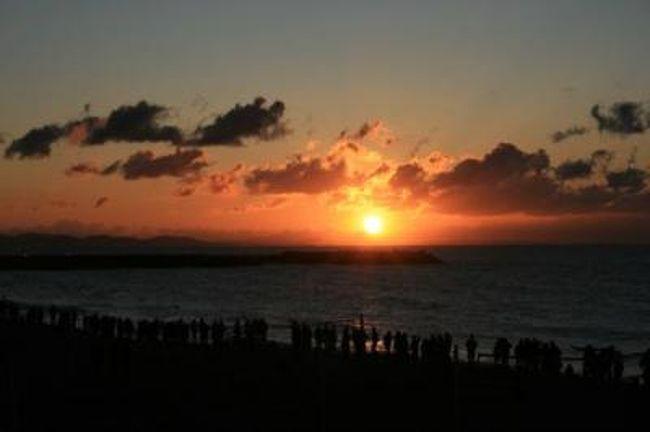 2010年の初日の出を見に湘南ひらつかビーチセンターにいってきました。<br /><br />早朝5時30分頃にセンターに着いたけど、近隣の駐車場はすでにいっぱい。海岸にも多くの人がつめかけていました。<br /><br />太陽が出てきたとき、少し雲が多くあったけど無事に日の出を見ることができた。<br /><br />皆さんにとって、良い年でありますように。<br /><br /><br />