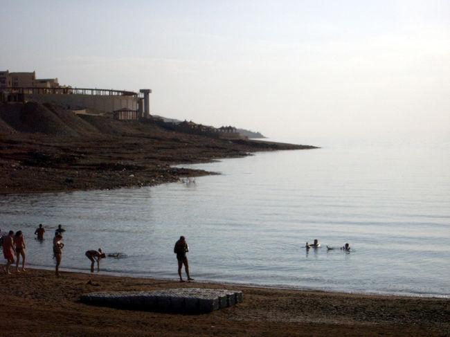 泳がなくてもプカプカ浮いてしまう、塩分の濃い湖「死海」での浮遊体験。「世界で最も低い土地」であり、もちろん聖書にまつわる数々のエピソードでも有名です。ヨルダンでは今、死海周辺に超豪華リゾートスパホテルが続々と出現。死海のホテルにのんびり宿泊しつつ、ペトラなどワイルドな遺跡が訪問できてしまったりするわけです。値段もほかの高級リゾートに比べると、まだそんなに高くありません…!