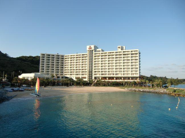 2010年1月11日から16日まで妻と2人でルネッサンスリゾート・オキナワに5連泊してきた。宿泊代金はホテルのHPの宿泊プラン「ルネ最安」を利用。1人1泊朝食付き8500円(月~木)10500円(金)税・サ込み。よって、2人で5泊して合計89000円。Club Savvy(クラブ・サビー)の特典付なので、サービス内容からすれば「激安」プランだと思う。飛行機はマイルを使った特典チケット。那覇からのレンタカー代金は6日間で約19000円。<br />写真:冬のルネッサンスリゾート・オキナワ<br /><br />私のホームページ『第二の人生を豊かに―ライター舟橋栄二のホームページ―』に旅行記多数あり。<br />http://www.e-funahashi.jp/<br /><br />