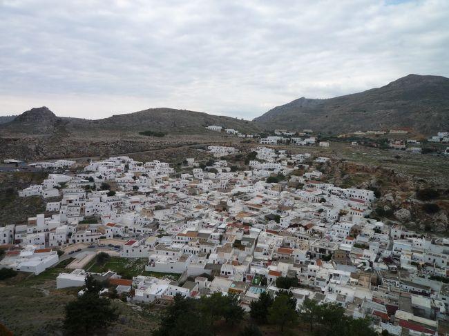 第8日目 ギリシャ ロドス島<br />入港 9:00am 出港 5:30pm<br /><br />クルーの友人、アルマに誘われて リンドス(Lindos)という丘の上の村を訪れるツアーに参加した。<br /><br />リンドスと言えば アクロポリスが有名で、古代ギリシャでも最も聖なる場所の一つとされています。<br /><br />実は、このツアー、出発予定時刻よりも30分以上早く出発!まだ のんびり船内でしていた私に アルマが 慌てて電話をしてきてくれて、「すぐに来て!」と。(あまりにも 慌てふためいて出かけたので お財布を持たずに出てしまったよ・・・。) <br /><br />絶景の広がる 海岸沿いにバスを走らせること30分ちょい。丘の上に お城が見えてきました。「あれ、何だろうねー」なんて言っていたら、そこが リンドス村でした(笑)<br /><br />急な丘を登っていくと、眼下に白い家々が。5m進むごとに1度は足を止めて記念撮影をしていた私たち。<br /><br />アクロポリス、というのは「1番高い丘」という意味なんだけれど、リンドスのアクロポリス(Acropolis of Lindos)は その名の通り眺めのよい丘の上に位置していて、そこからの景色は 文句なしの絶景です。<br /><br />紀元前8〜6世紀頃に栄えた、3つの古代ポリスの1つで、ドリス式の円柱を持った神殿跡も 圧巻です。(こんな丘の上に これだけの建物を造ったのは 本当にすごい!)<br /><br />お土産物屋さんを ひやかしながら 村を下り、途中 感じのいいカフェでホットチョコラをいただく。アルマとこうやって カフェでのんびりしたのは 実に3年半ぶり。あの時はスペインのカディスだったかな。<br /><br />帰り道には 伝統的な手作りの陶器を作っている民家に立ち寄りました。<br />そこで特に印象的だったのが、「ピタゴラスのカップ」このカップにある一定の量の水(ワイン)を入れると その水がカップの底から すべてこぼれてしまう、という。すごくユニークで すっごく欲しかったけれど、お手製で作られた陶器は いいお値段なので我慢!<br /><br />楽しい思い出を いっぱい作って、気の合う友人とのひと時も エンジョイできて 大満足でした。