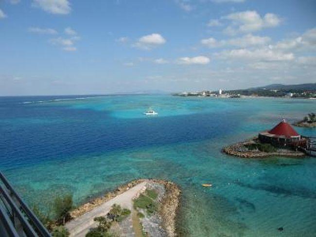 3日間荒れ狂った天気もようやく治まり、1月15日(金)の朝から青空が広がった。太陽が昇るにつれて海も輝き出す。この日は朝から「体験ダイビング」午後は「はりゅう船・岬めぐり」そして夕方は「サンセットクルーズ」と、大いに沖縄の海を楽しんだ。クラブサビーメンバーはこれらのマリンメニューがすべて無料というのもありがたい。写真:客室バルコニーからの素晴らしい眺め<br /><br />私のホームページ『第二の人生を豊かに―ライター舟橋栄二のホームページ―』に旅行記多数あり。<br />http://www.e-funahashi.jp/<br />