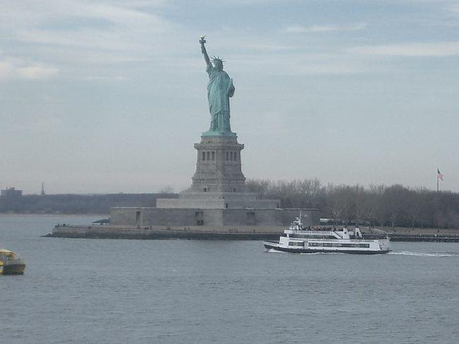 NRT-JFK便はNew York に午前中に着きます。ホテルにチェックインして、丸々午後が使えますので、まずは、Statten Island 行きのフェリーに乗って、自由の女神にご挨拶しましょう。だって、フェリーはタダですもの。