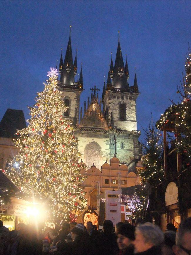 千年の歴史を刻んできた古都プラハ。<br />古い建築物がたくさん残っていて「百塔の都」とも「建築博物館の都」とも言われています。<br /><br />14世紀に建てられたティーン教会をバックにして光かがやくクリスマス・ツリーを見ていると、まるで自分が中世にタイムスリップしたかのようです。<br /><br />赤レンガの屋根が広がる景色はヨーロッパそのもの。<br />何度でも来たくなる、今世界で最も美しいと言われているプラハ<br />の街とクリスマス・マーケットです。<br /><br /><br /><br /><br /><br /><br /><br /><br /><br />