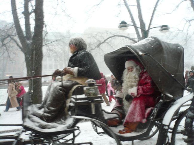 4年間暮らしたヘルシンキでの最後のクリスマスの時季の写真です。クリスマスの時季の街の様子や3か所のクリスマスマーケット、クリスマスの時季のチョコレートなどなど。<br />表紙は、2008年のサンタパレード<br />(2009年は見に行かなかったので・・・^^;)<br /><br />*こちらの表紙の写真が、『私の好きな北欧フォトコンテスト』で『佳作』を受賞し、2010年3月29日発売の雑誌『4travel』vol.4に掲載されました!<br />編集部小川さんから頂いたコメントが『サンタがこちらを向いているタイミングのよさがすばらしい。背景を見ると撮影者が動いていることも分かり、絶対に撮るんだという執念を感じる』でした。<br />確かに、友達と一緒に必死にサンタさんの乗ったソリを追いかけました^^;