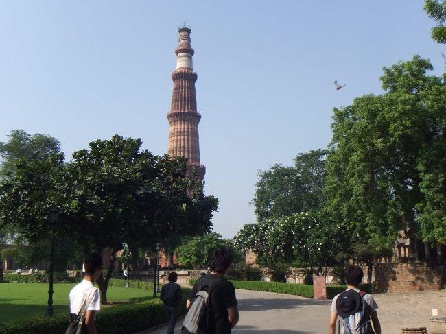 クトゥブ・ミナールに行きます。ここは、インドで最初のイスラム建築があるところで、世界遺産に指定されています。クトゥブッディーン・アイバクという人が建てました。この人は、今のアフガニスタンにあったゴール朝の奴隷軍人として、インドの北部一帯を征服し、ヒンドゥー教の寺院を壊してイスラム教の建造物を建てました。その後君主のムハンマドが暗殺されたため、独立して王朝を建てました。これを奴隷王朝(マムルーク王朝とも)といいます。インドで最初のイスラム王朝です。9時頃到着。向こうの方に塔が見えます。正確にはこの塔をクトゥブ・ミナールというのですが、この塔にちなんで、この場所全体をクトゥブ・ミナールと呼んでいます。ガイドさんが言うには、三脚の持ち込みはダメだそうです。ビデオ撮影も特別料金らしいですが、ビデオは持っていませんと答えながら、デジカメで動画を撮ってしまいます。