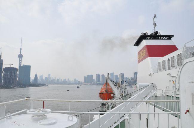 1週間ほどの旧正月休み。<br />何か普段できないことをしたいと思い、<br />上海から船で日本に帰ることにしました。<br /><br />調べたところ、蘇州号と新鑑真号がありましたが、<br />除夕の13日に出発し、旧正月を船で迎えることのできる、<br />新鑑真号を選びました。<br /><br />出発前日午前9時頃まで大掃除をしていたため、<br />荷物の準備ができたのは出発ぎりぎり。<br />タクシーに乗って上海港へ向かいました。<br /><br />爆竹の鳴る中、新鑑真号は上海港を出発!<br />夕食はほかの乗客と一緒に年夜飯(お正月料理)を食べ、<br />食後はカラオケ。<br /><br />最初はどうなる事かと思いましたが、<br />船酔いもせず、友達も沢山でき、快適で楽しい船旅でした。