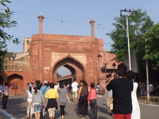 次はタージ・マハルに行きます。インドを代表する観光地です。正直なところ、今回の旅行に行くまで、インドはここしか知りませんでした。東門、南門、西門と3つの入口があるようですが、今回は東門から入りました。
