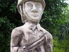 ポーっとした顔の兵士像がアルンです
