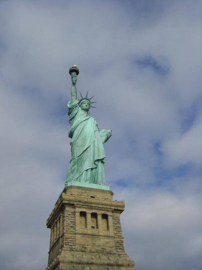 やっぱ、自由の女神はそばで見なくっちゃ。今は観光名所ですが、アメリカの歴史が凝縮されているところです。