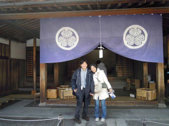 2009年12月23日~28日にかけて、下呂温泉、高山、白川郷、奥飛騨(新穂高・平湯温泉)を妻と二人で旅してきました。<br />温泉を満喫し、美味しいものを食べ、素晴らしい景色を見ての充実の旅でした。<br /><br />この旅行記はその高山編のPart1~高山陣屋~です。<br />表紙の写真は12/25の高山陣屋前での記念撮影。<br /><br />※その他の旅行記はこちら。<br /><br />その1(下呂温泉編)<br />http://4travel.jp/domestic/area/toukai/gifu/gero/gero/travelogue/10433083/<br /><br />その2(下呂温泉編part2)<br />http://4travel.jp/domestic/area/toukai/gifu/gero/gero/travelogue/10433811/<br /><br />その4(高山編Part2~古い町並み・朝市~)<br />http://4travel.jp/domestic/area/toukai/gifu/hida/takayama/travelogue/10434853/<br /><br />その5(白川郷編)<br />http://4travel.jp/domestic/area/toukai/gifu/hida/shirakawago/travelogue/10435626/<br /><br />その6(新穂高編)<br />http://4travel.jp/domestic/area/toukai/gifu/hida/shinhodaka/travelogue/10436293/<br /><br />その7(平湯温泉編)<br />http://4travel.jp/domestic/area/toukai/gifu/hida/hirayu/travelogue/10437114/<br /><br />旅行行程は以下のとおりです。<br /><br />【2009.12.23~28】※○印は観光など<br /><br />【12.23】<br /> さいたまの自宅→新宿駅(新宿高速バスターミナル)→高山濃飛バスセンター(高山駅)→下呂駅<br /> ○下呂温泉花火ミュージカル冬公演<br /><br />【12.24】<br /> ○下呂温泉合掌村<br /> ○Love &amp; Peace Candle Illuminations in Gero-Onsen<br />  (ラブ アンド ピース キャンドルイルミネーション イン げろおんせん) <br /><br />【12.25】<br /> 下呂駅→高山駅<br /> ○高山陣屋<br /> ○古い町並み(さんまち散策)<br /><br />【12.26】<br /> ○朝市(陣屋・宮川)<br /> 高山濃飛バスセンター→白川郷<br /> ○白川郷<br /> 白川郷→高山濃飛バスセンター<br /><br />【12.27】<br /> 高山濃飛バスセンター→平湯温泉→新穂高温泉<br /> ○新穂高ロープウェイ<br /> 新穂高温泉→平湯温泉<br /><br />【12.28】<br /> 平湯温泉→新宿高速バスターミナル(JR新宿駅)→さいたまの自宅<br />
