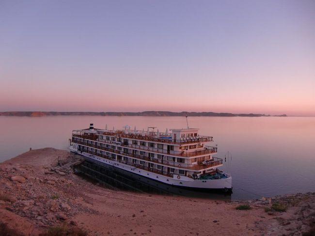 アブシンベル神殿の夕暮れと夜に行われる音と光の幻想ショー、そして、夜明けのアブシンベル神殿、これらを見ることが、今回のツアー選択の最大のポイントであった。アブシンベルのホテル宿泊者のみに許される貴重な体験なので、これはお勧めである。<br />写真:夕暮れのナセル湖畔に停泊するクルーズ船<br /><br />私のホームページ『第二の人生を豊かに―ライター舟橋栄二のホームページ―』に旅行記多数あり。<br />http://www.e-funahashi.jp/<br />