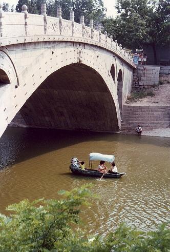 山西省の省都太原や古都平遥を訪れた97年の夏。<br />その旅はそれでおしまいだったはずと思っていたら、出て来たフィルムカメラ時代の画像や資料を見て、その続きがあったのをおぼろに思い出したSUR SHANGHAI。<br /><br />それは、山西省お隣にある河北省。<br />省都石家荘郊外の安済橋へも足を伸ばしてみたらしい。<br /><br />この時の石家荘関連として出て来た画像は少ないのですが、これも旅の記録として旅行記に残しておこうと思います。<br /><br /><br />表紙の画像は、天下第一橋と称されるアーチ構造の安済橋。